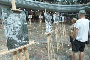 Polstoročie od okupácie si v Leviciach pripomenuli výstavou fotografií Eleny Košúthovej z augusta 1968 z mesta a okolia.