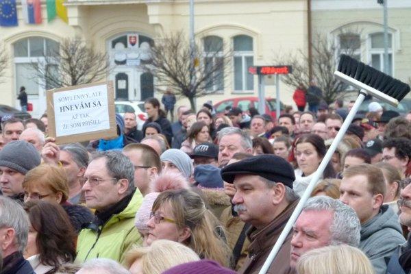 Vražda novinára a jeho snúbenice dala do pohybu celé Slovensko. V Leviciach sa konalo viacero spomienkových stretnutí a protestov.