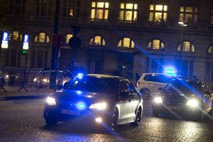 Policajti v neoznačených autách prichádzajú pred Justičný palác v čase výberu poroty.
