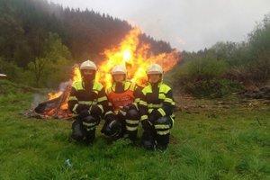 Mirka s kolegami hasičmi.