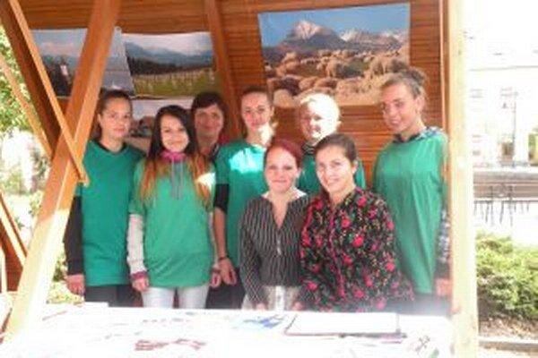 Sedem študentiek spolu so svojou vyučujúcou Máriou Zajacovou (tretia zľava) v stánku pri prezentácii regiónu.