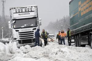 Sneh skomplikoval dopravu vo viacerých krajinách.