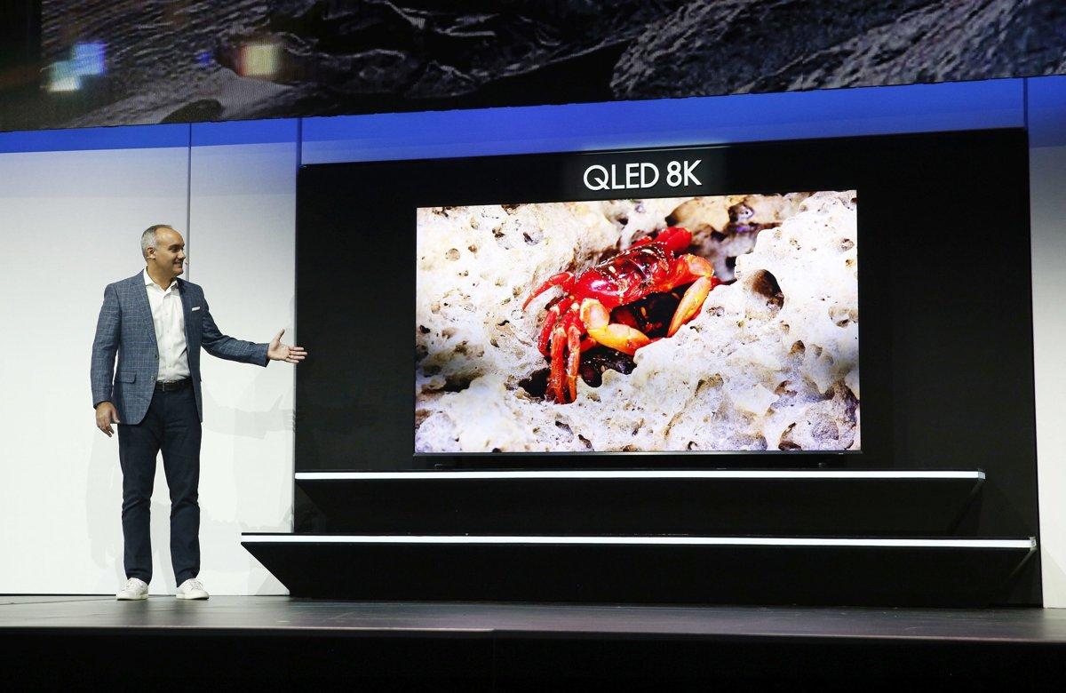 80a16081f Viceprezident americkej divízie Samsungu Dave Das predstavil 98 palcový 8K  televízor s displejom QLED.