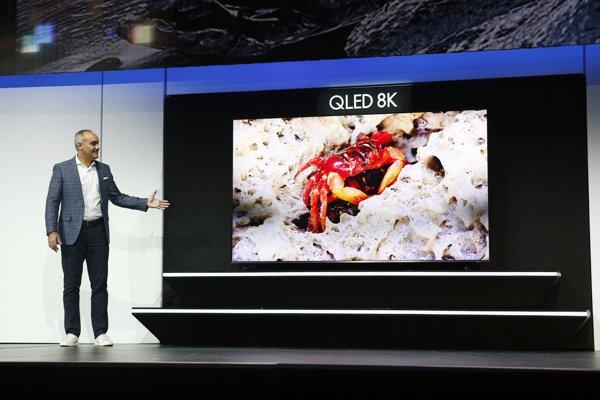 Viceprezident americkej divízie Samsungu Dave Das predstavil 98 palcový 8K televízor s displejom QLED.