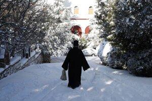 Grécky pravoslávny kňaz prichádza ku kláštoru Penteli na severe Atén.