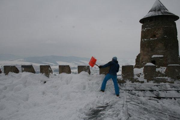 Strecha renesančného paláca zasypaná snehom.