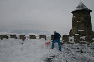 Horolezci na streche hradu.