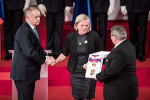 Za zavraždeného novinára Jána Kuciaka preberá ocenenie jeho otec Jozef (vpravo) a matka zavraždenej snúbenice Jána Kuciaka Martiny Kušnírovej Zlatica.