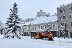 Trenčín zapadol snehom.
