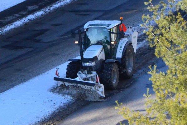 Sneženie vyhnalo techniku do ulíc.