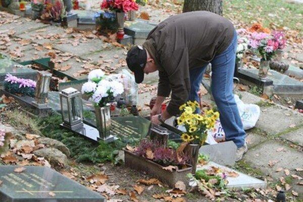 Polícia odporúča mať pod dohľadom osobné veci aj počas úpravy hrobov či zapaľovaní sviečok.