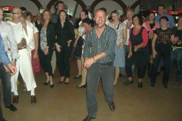 Na Pred(Katarínskej) tancovačke sa organizátori snažili zotrieť hranice medzi javiskom a hľadiskom.
