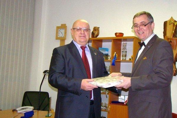 Na pozvanie honorárneho konzula Poľskej republiky na Slovensku Tadeusza Frackowiaka (vľavo) navštívil  Tomasz Chłoń  Liptovský Mikuláš a  lyžiarske stredisko v Jasnej.
