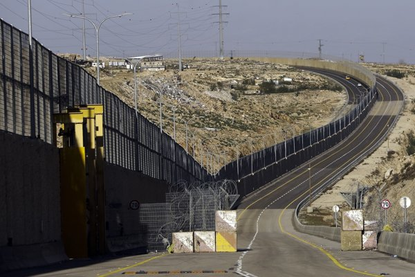 Jedna časť cesty 4370, nachádzajúcej sa severovýchodne od Jeruzalema, bude otvorená len pre izraelské vozidlá, zatiaľ čo druhá polovica len pre palestínsku dopravu.