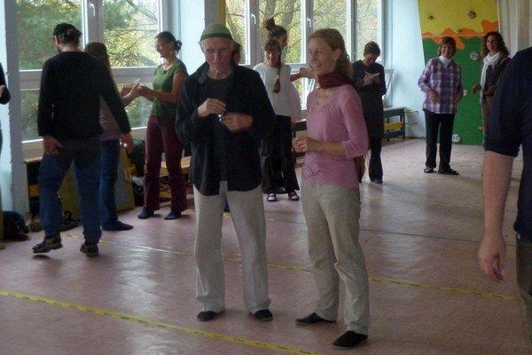 Osemdesiatjedenročný Pär Ahlbom (vpredu vľavo) zo Švédska  slovenským učiteľom a rodičom prednáša o intuitívnej pedagogike, ktorú uplatňujú v škole bez lavíc a zvonenia.
