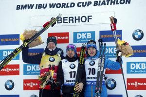 Zľava Johannes Thingnes Bö, Alexander Loginov a Sebastian Samuelsson.