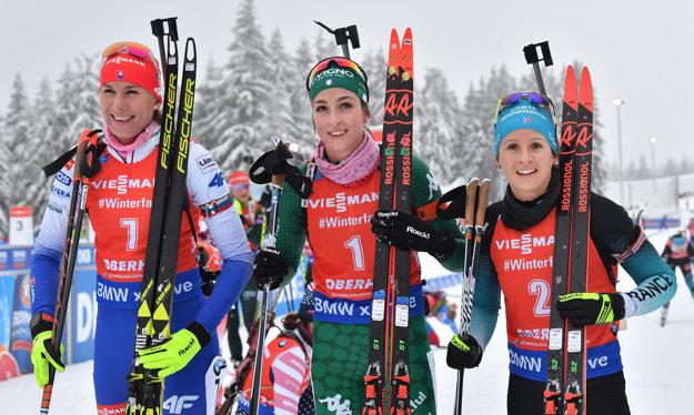 Talianka Lisa Vittozziová (uprostred) zvíťazila v stíhacích pretekoch na 10 km trati 4. kola Svetového pohára biatlonistiek 12. januára 2019 v nemeckom Oberhofe. Na druhom mieste skončila Slovenka Anastasia Kuzminová (vľavo) a tretia Francúzka Anais Chevalierová (vpravo).