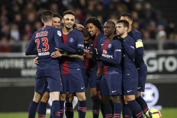 Futbalisti Paríža St. Germain sa radujú z víťazstva na pôde Amiens.