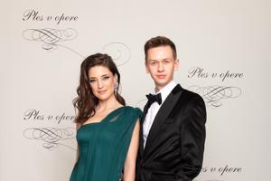 Linda Nývltová, modelka s modným návrhárom Michael Kováčik