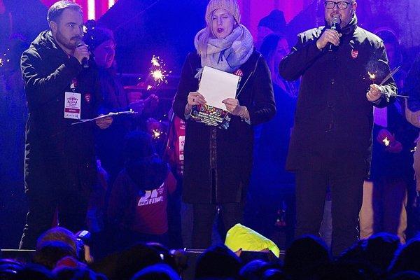 Starosta poľského mesta Gdansk Pawel Adamowicz (vpravo) pri príhovore predtým ako naňho páchateľ zaútočil.