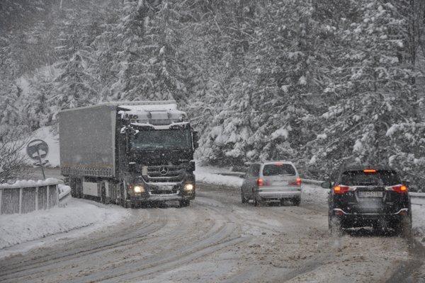 Na cestách sa drží kašovitá vrstva snehu