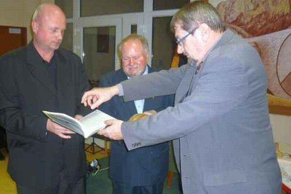 Známa je aj, okrem publikovania, dlhoročná dramatická tvorba a ochotnícka činnosť Petra Vrlíka.