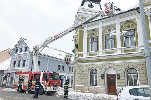 V mnohých prípadoch obciam pomáhajú aj súkromníci a dobrovoľní alebo profesionálni hasiči. Profesionáli v Tvrdošíne zhadzovali zo striech sneh a nebezpečné cencúle.