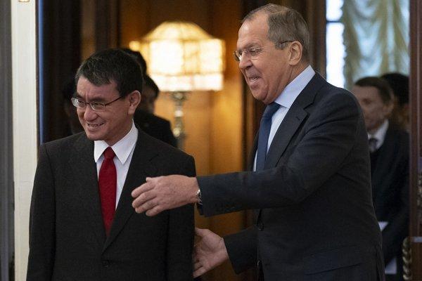 Ruský minister zahraničných vecí Sergej Lavrov počas stretnutia so svojim náprotivkom Taróom Kónom.