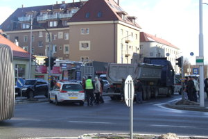Nehoda sa stala na priechode pre chodcov pred Mlynmi.