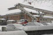 V Skalitom odstraňujú sneh zo striech škôl a ostatných budov.