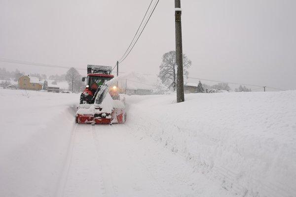 Na severe Slovenska snehu každým dňom pribúda.