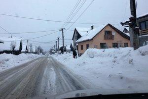 V Oravskej Polhore už sneh nemajú kam vyvážať.