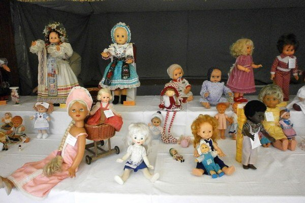 Bábiky boli oblečené v krojoch, bohato zdobených historických šatách, so šitými telami alebo celkom maličké, sotva do detskej ruky.