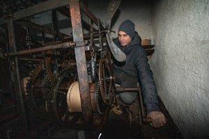 Peter naťahuje hodinový stroj vo veži klopačky.