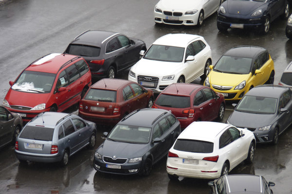 """""""Popradské"""" parkovanie v troch radoch."""