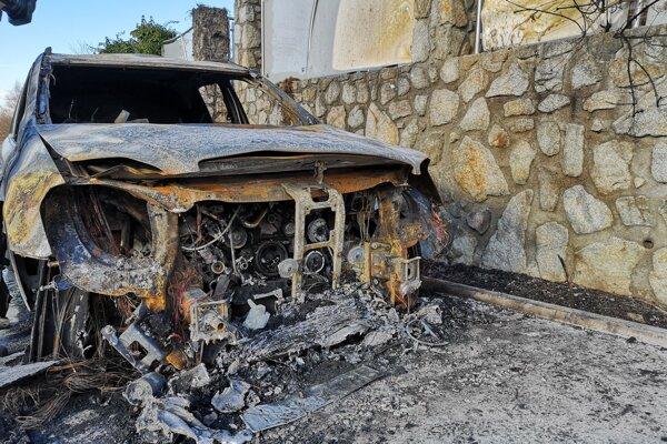 Zhorené auto starostu Marianky Dušana Statelova.