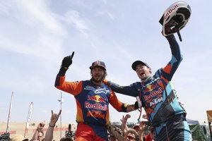Víťaz Rely Dakar 2019 Toby Price (vľavo) oslavuje s Rakúšanom Matthiasom Walknerom, ktorý skončil na druhom mieste.