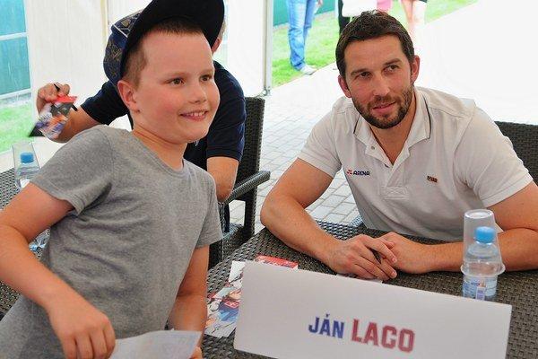 Hokejový brankár  so svojím fanúšikom počas autogramiády v rámci otvorenia JL Arény.