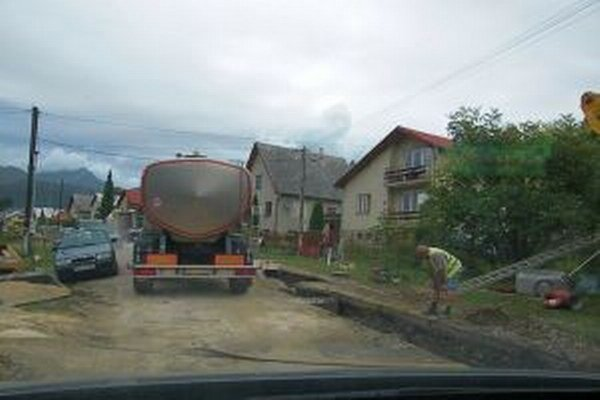 Väčšina obyvateľov Liptovských Sliačov trpezlivo znáša blato aj prach pred svojimi domami.
