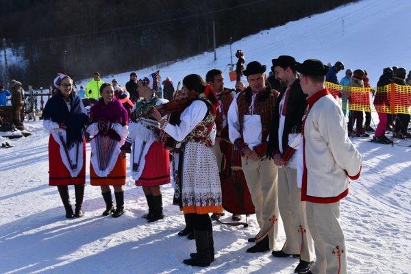 Dnešnú prvú jazdu skibusu spestril program folkloristov z Podpoľania a Horehronia.