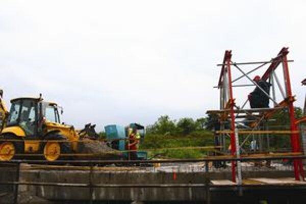 Pre rekonštrukciu mosta musia vodiči počítať s čiastočným obmedzením dopravy na diaľnici až do septembra.