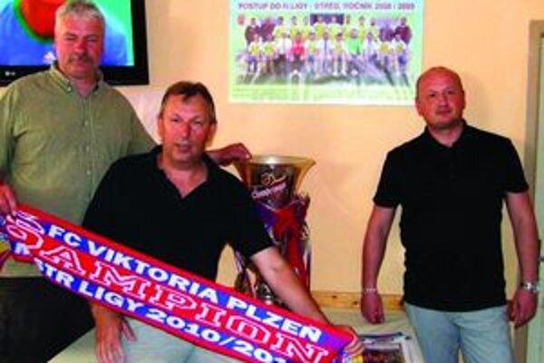 Zľava Ján Mlynček, manažér ŠK, Pavel Beťko, predseda ŠK, Adolf Šádek, generálny riaditeľ FC Viktoria Plzeň.
