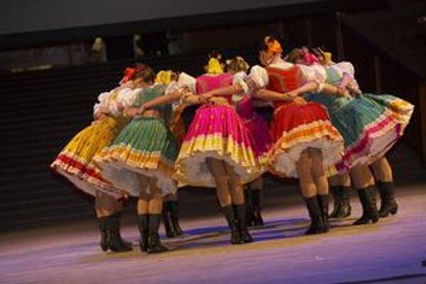 Dievčatá v krojoch sú ozdobou každého folklórneho festivalu vo Východnej.