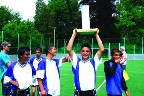 Víťazný pohár získalo po dobrom výkone družstvo Spojenej školy z Liptovského Mikuláša.