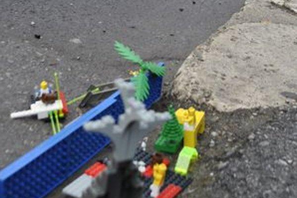 Na opravu dier v chodníku použili lego.