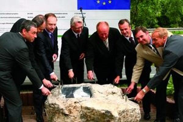 Na slávnostnom odštartovaní výstavby kanalizácie poklepaním základného kameňa stavby chýbal starosta Stankovian.