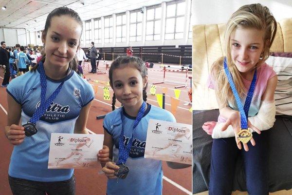 Vľavo dve strieborné medailistky z AC Stavbár - Laura Orelová a Nella Čerenková. Vpravo Nina Pašková, ktorá si z Banskej Bystrici odniesla zlatú medailu a zlomenú ruku...