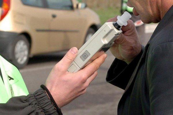 Policajné kontroly ukázali, že za volant si sadli ďalší opití vodiči.