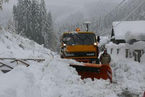 S haldami snehu sa museli popasovať aj cestári.