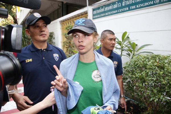 Bieloruská modelka Anastasija Vašukevičová, známa aj ako Nasťa Rybka, hovorí k novinárom počas deportácie na letisko v Bengkoku.